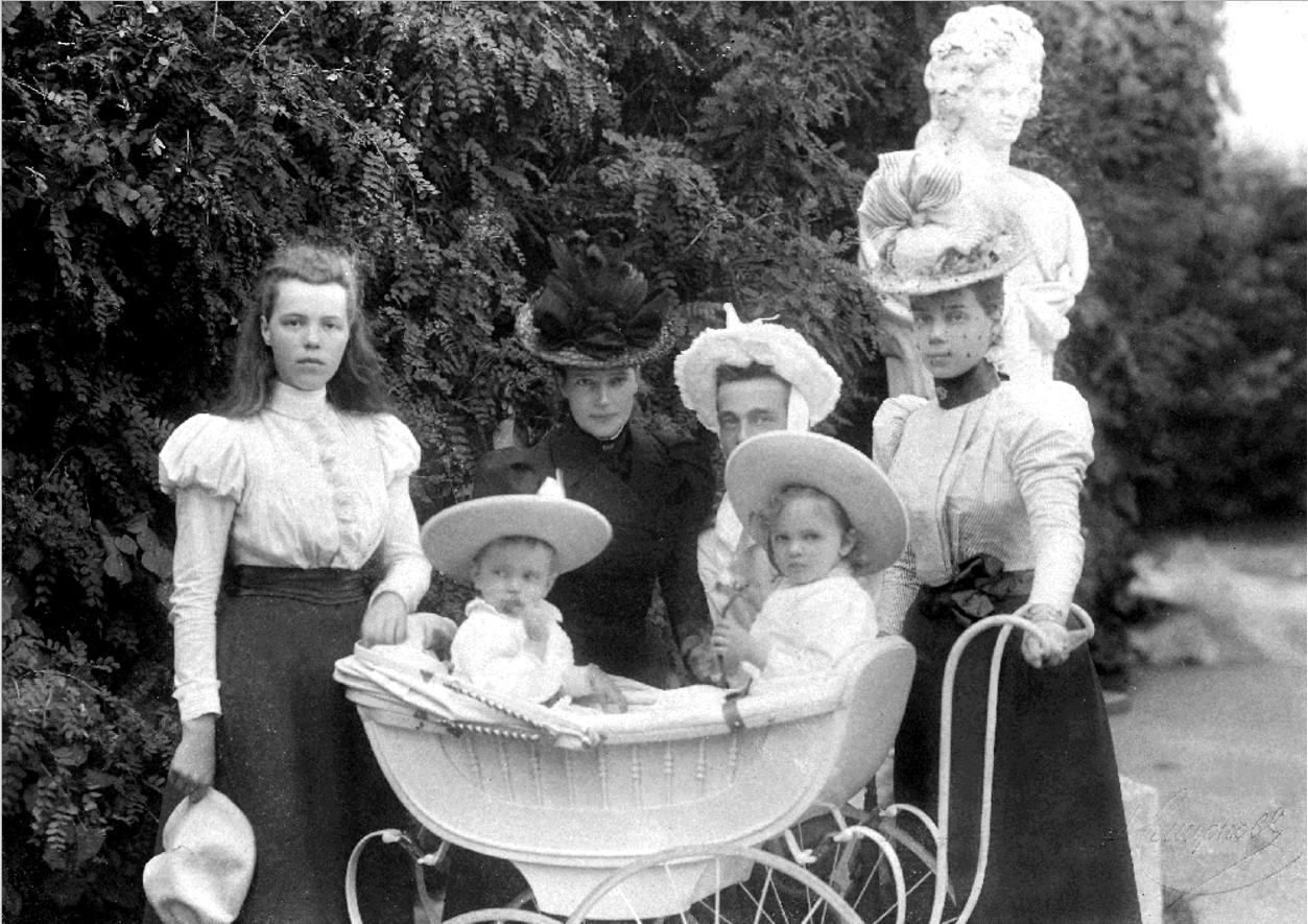 Вдовствующая императрица Мария Федоровна с младшими детьми и старшими внуками в Гатчине, июнь 1898