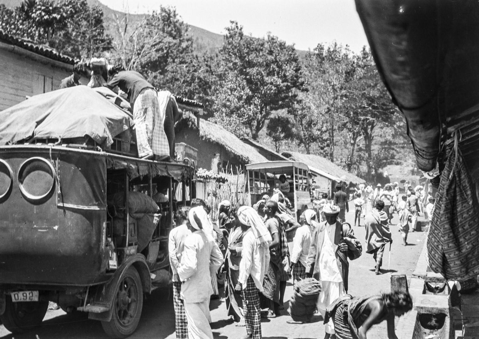 418. Группа людей в передней части автобуса