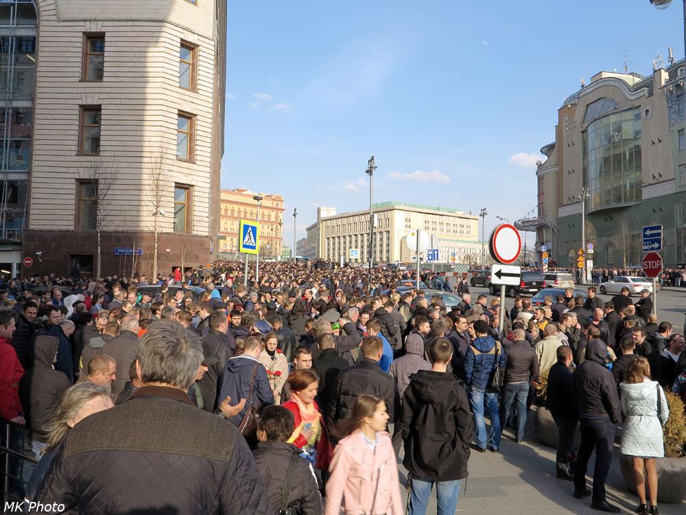 Толпа, идущих на мероприятие