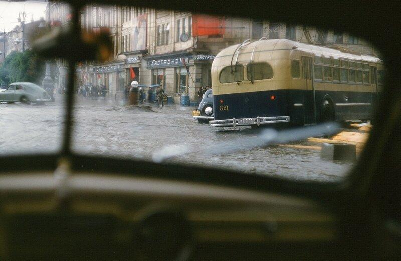 1952-54 Киев. Троллейбус поворачивает с Хрещатика на ул Б.Хмельницкого (Фундуклеевскую). Martin Manhoff.jpg