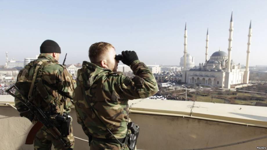 Электрический ток, железные трубы и унижения: HRW рассказали, как пытают геев в Чечне