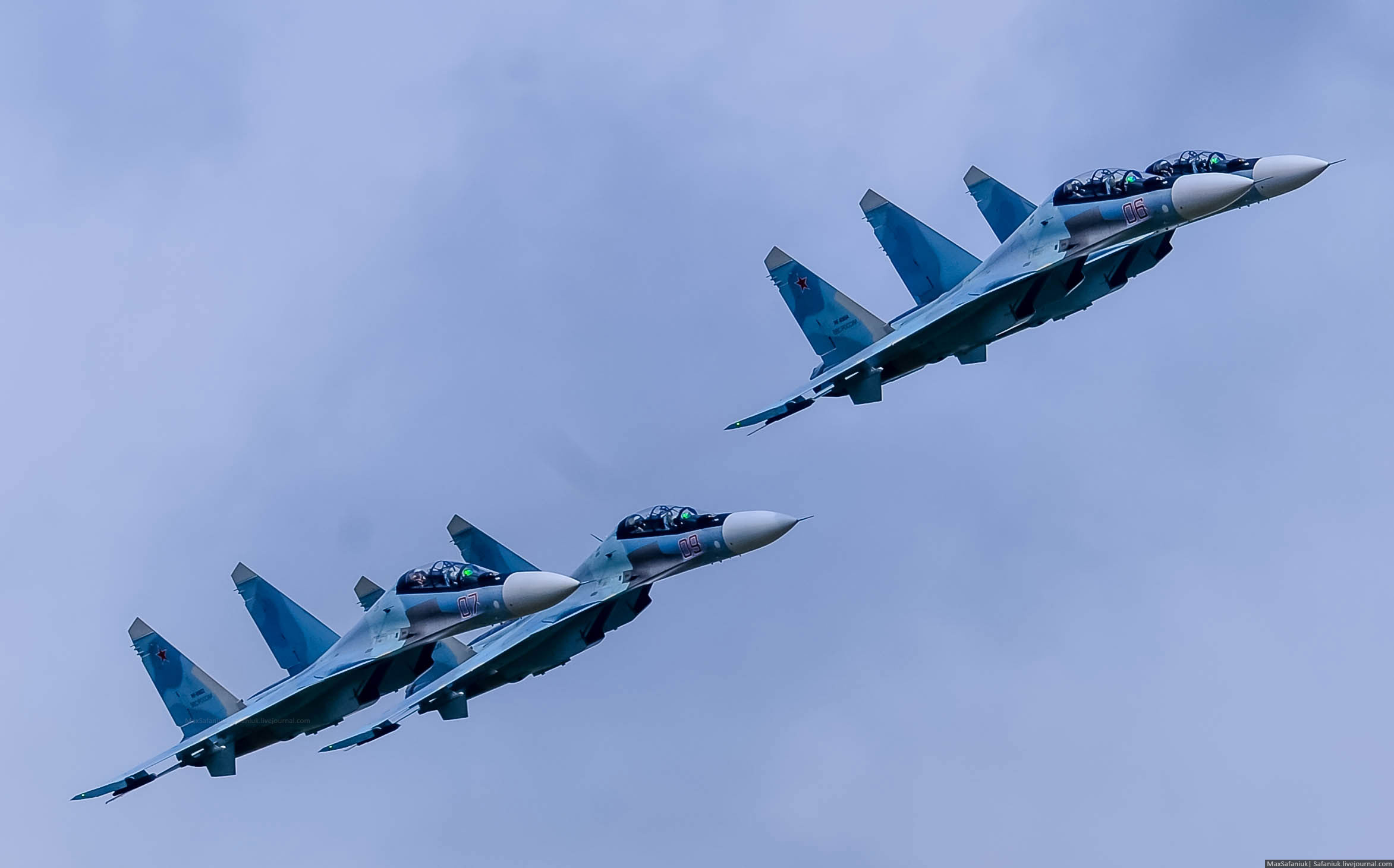 """Пилотажная группа Липецкого авиацентра """"Соколы России"""" выполняют тренировочные полеты на многоцелевых истребителях Су-30СМ в небе над лидским аэродромом:"""