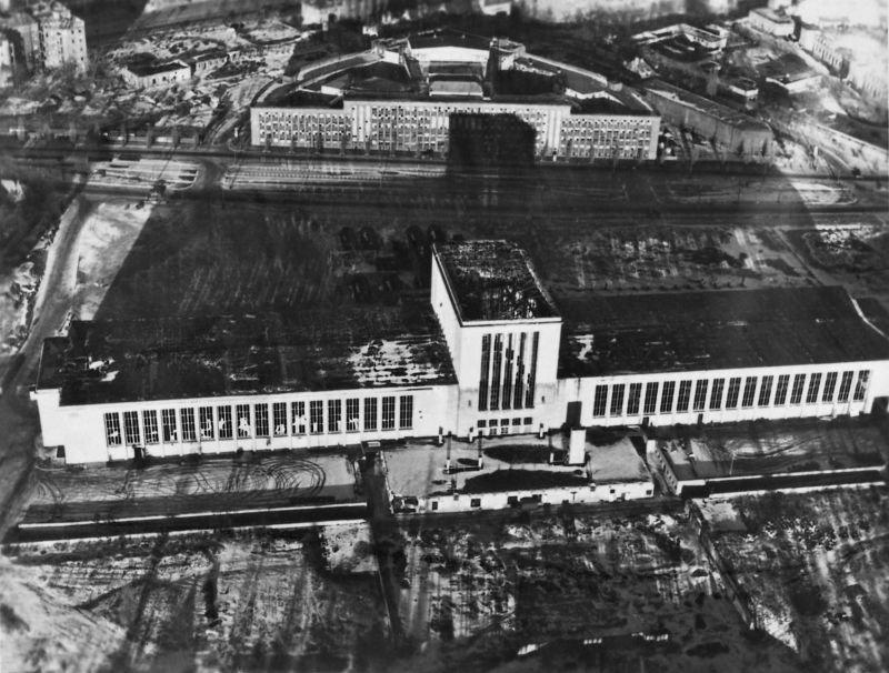 8. Выставочный центр Берлина – здание с удивительным фасадом было частично уничтожено во время