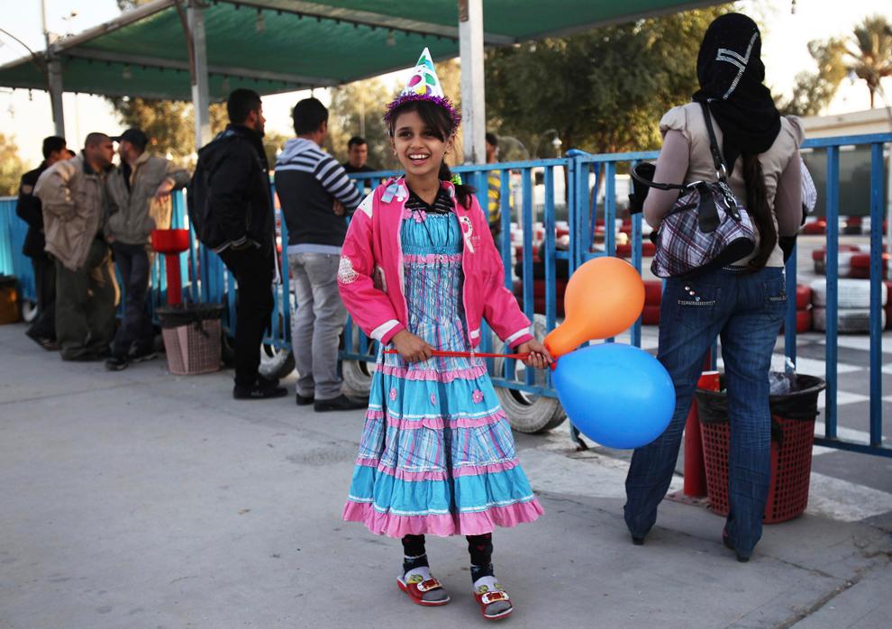 4. Девочка с воздушными Гариками в парке развлечений в Багдаде. (Shannon Stapleton/Reuters)