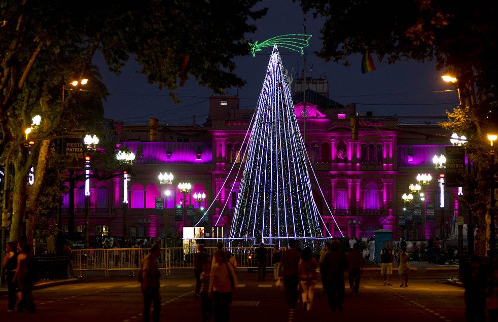 15. Люди идут к елке на площади Майя в Буэнос-Айресе. (AP / Natacha Pisarenko)