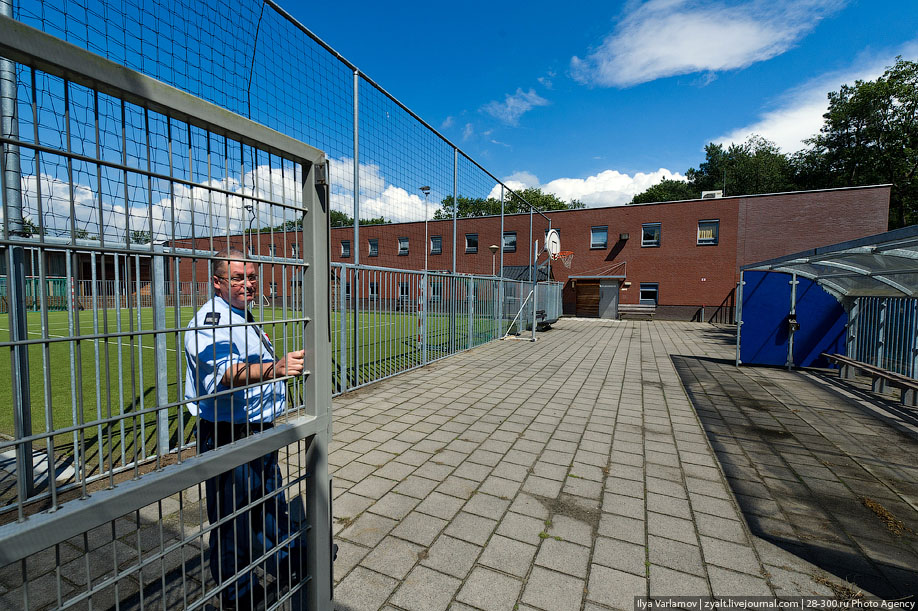 50. Еще одна особенность пенитенциарной системы Нидерландов - плавучие тюрьмы. Появились они по