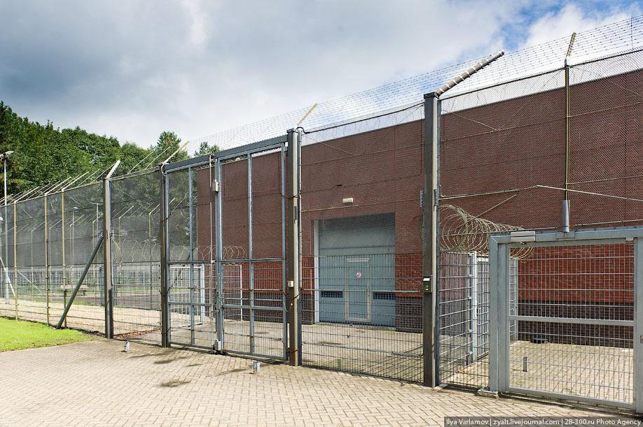 07. Экскурсию проводит директор тюрьмы, он просит оператора открыть нам ворота в один из блоков.
