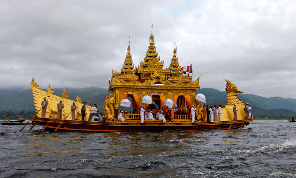 28. Местные жители стоят на Фаунг До (Королевская лодка) во время ежегодного 18-дневного фестиваля Ф