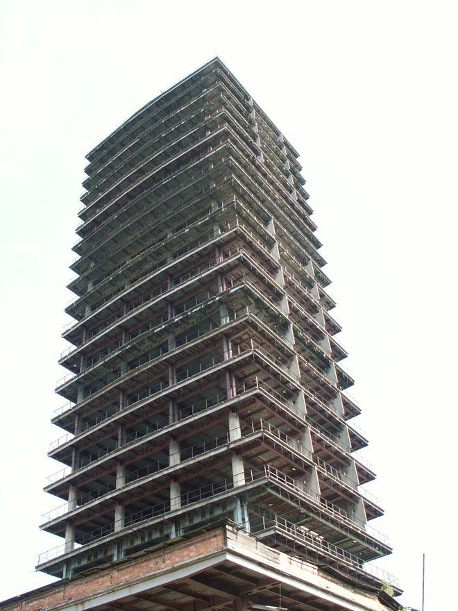10 заброшенных небоскребов и башен мира для любителей экстрима (11 фото)