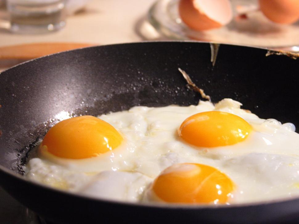 Непроваренные яйца Для всех, кто помнит эпидемию сальмонеллеза 1980-х и 1990-х, это даже не вопрос.