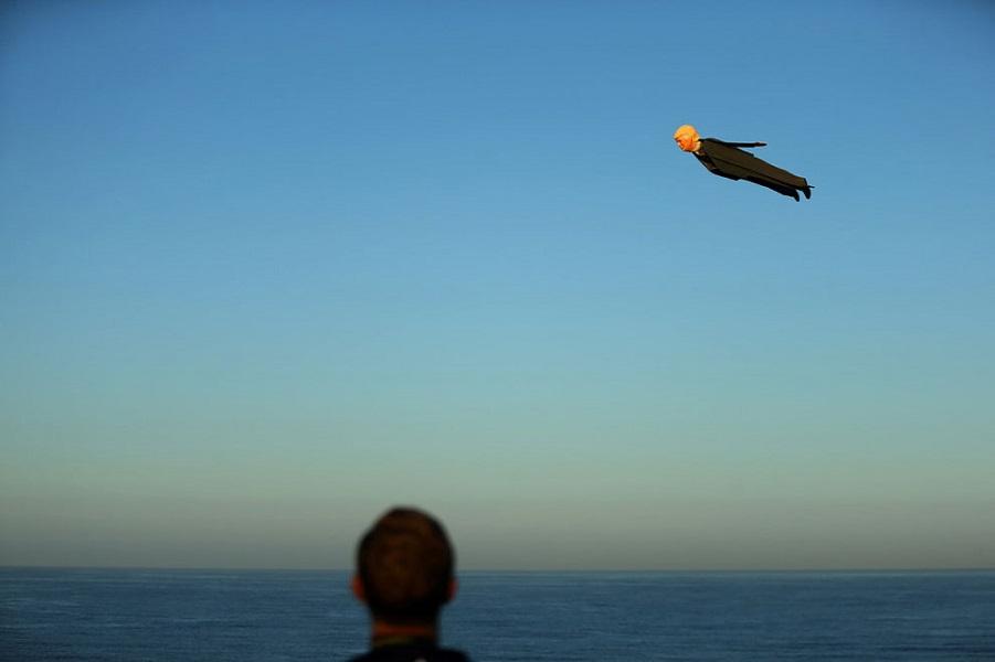 Над пляжем Калифорнии летают кандидаты