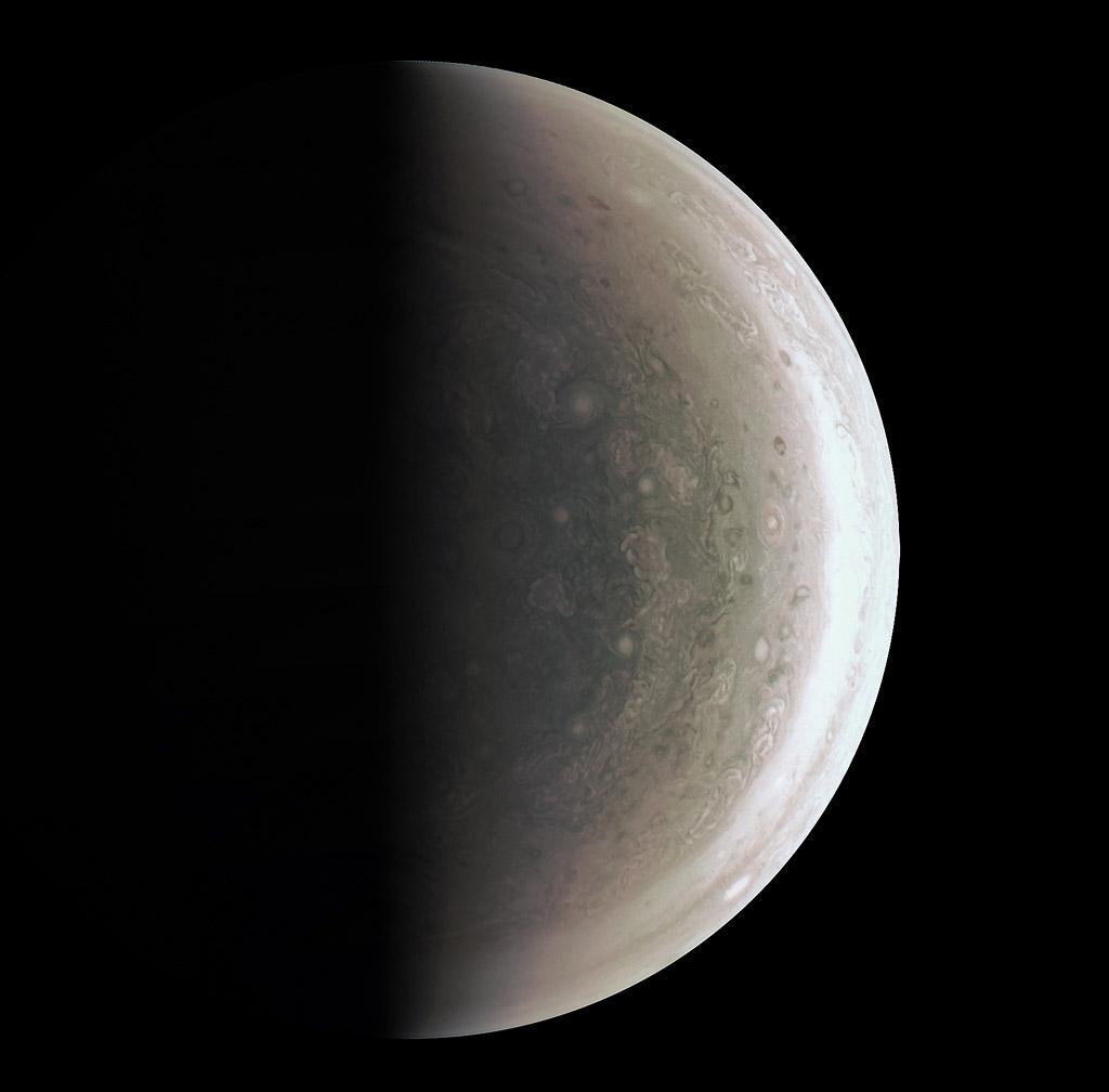 Космическая станция «Юнона» сообщила наЗемлю первые фотографии полюсов Юпитера