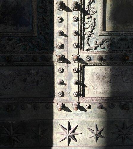 1. Двери римской Курии.jpg