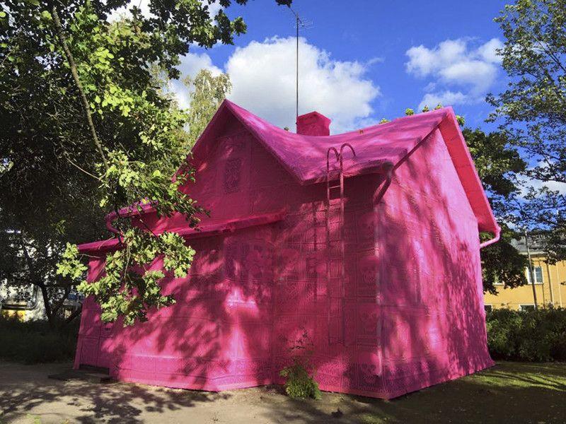 Домик Барби в Финляндии— польская художница покрыла старый дом розовыми вязаными покрывалами (фото)