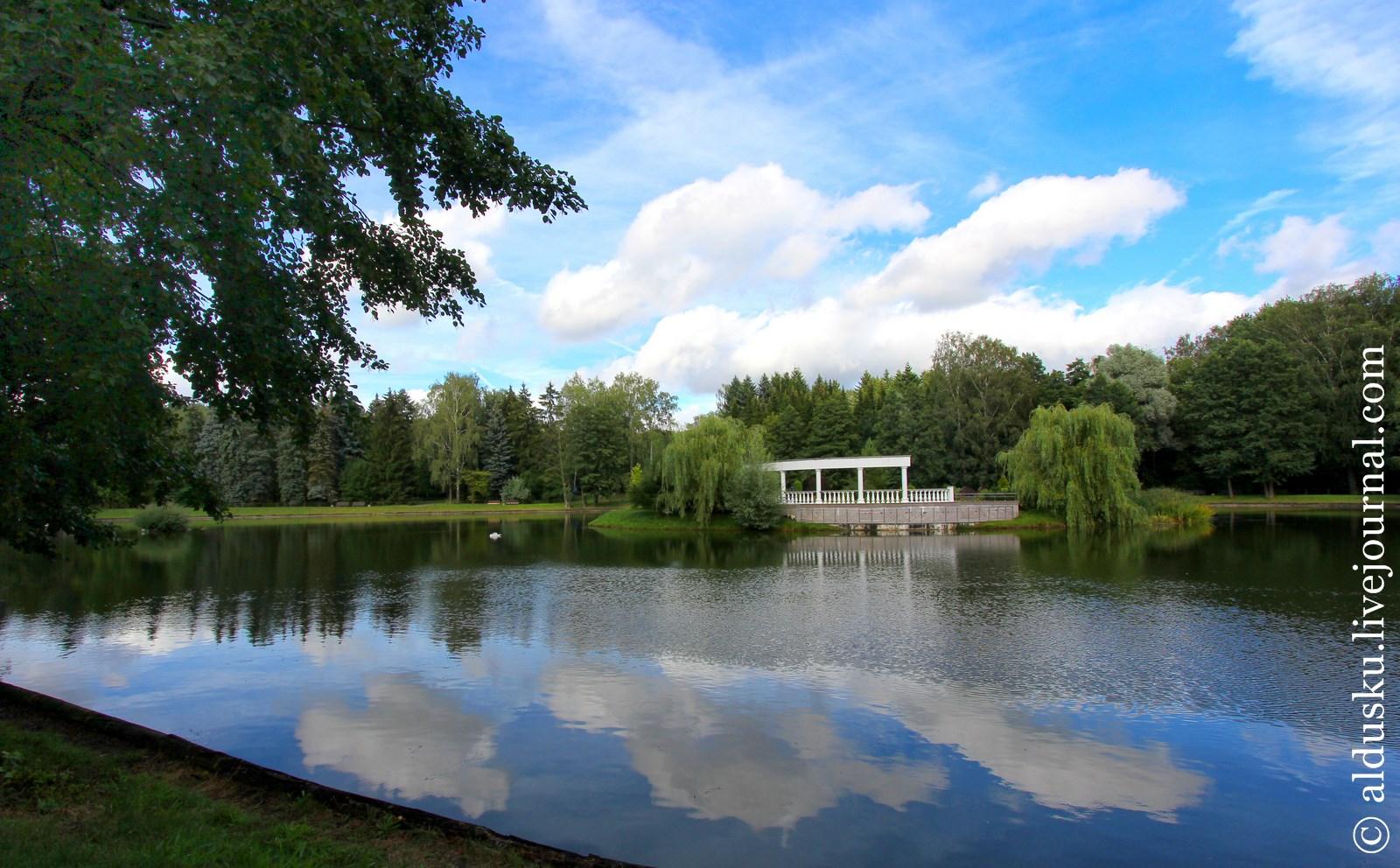 Лебединое озеро с островком. Площадь водного зеркала 2,3 га. Глубина до 5 м.