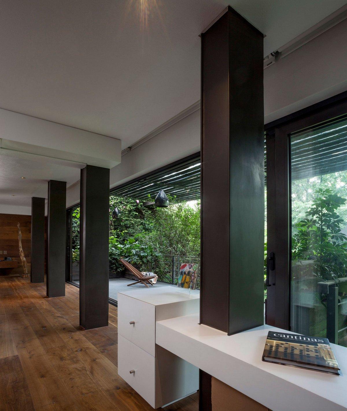 Колонны в интерьере частного дома