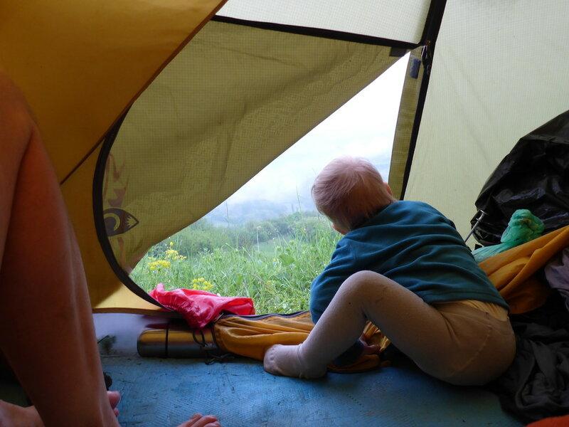 двухлетний ребенок в палатке в дождь