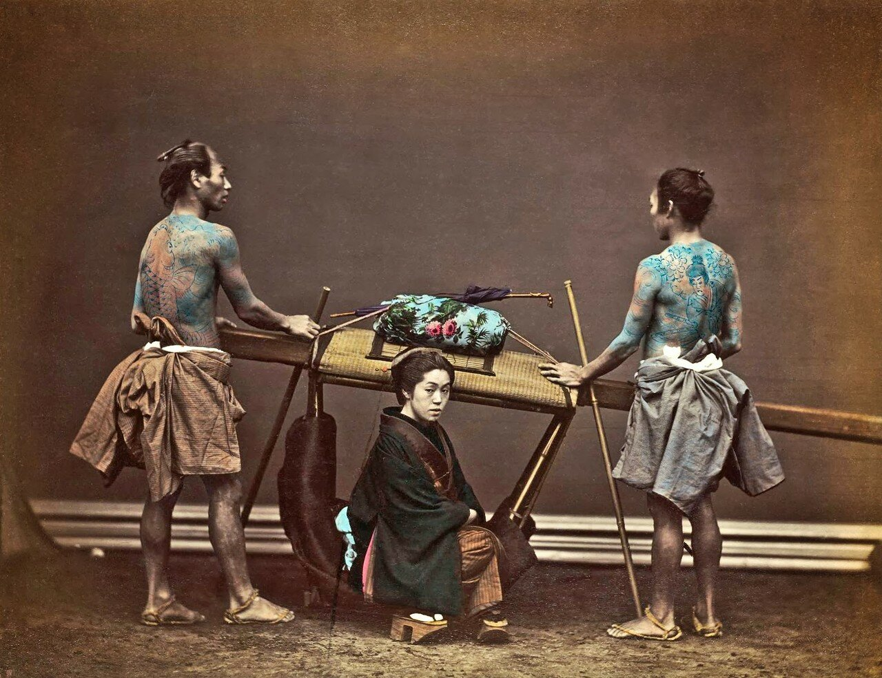 Женщина в каго с двумя носильщиками