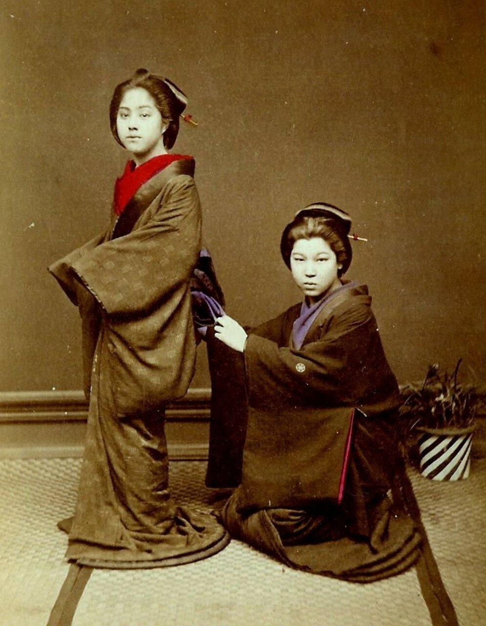 Две гейши. Завязывание оби
