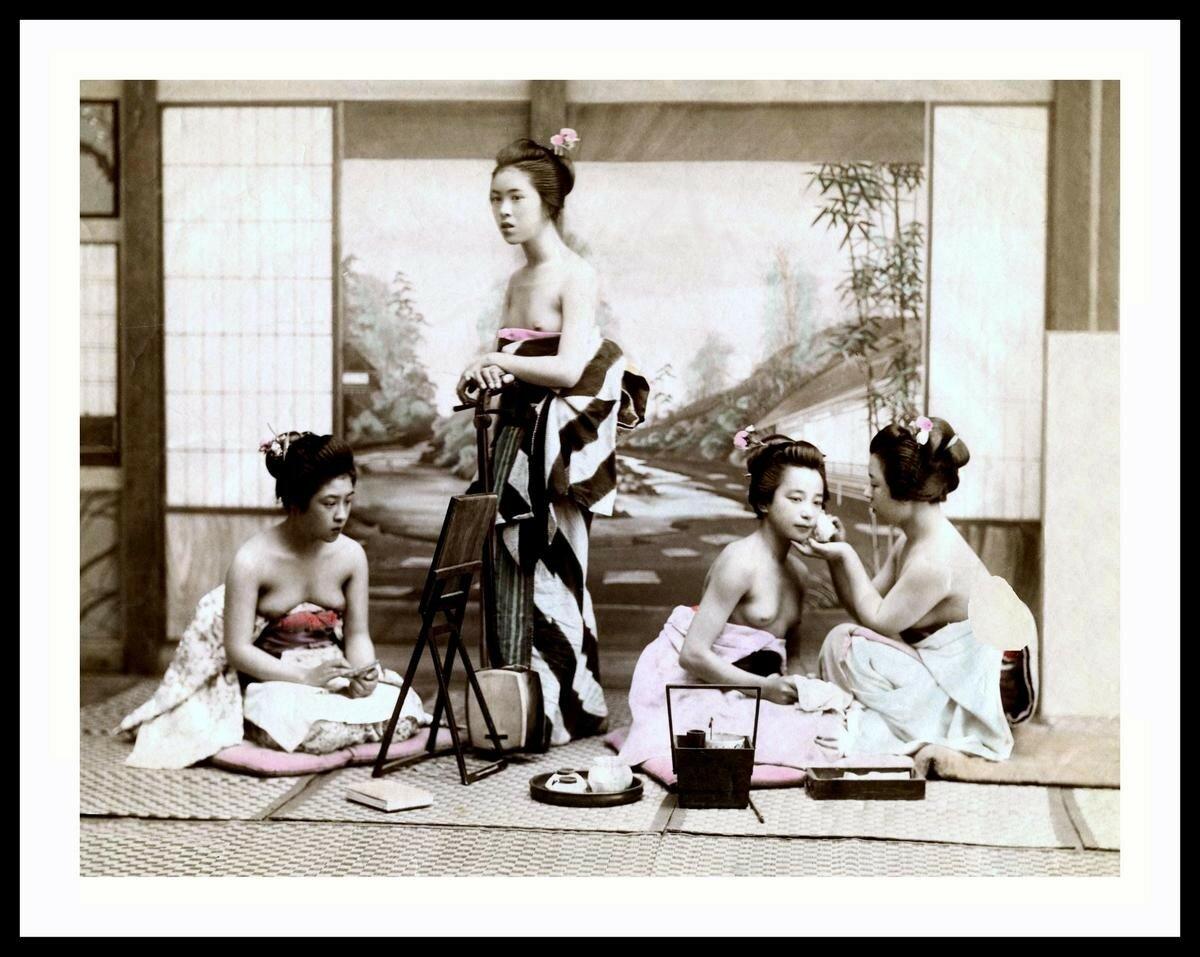 Полуобнаженные гейши из чайного домика