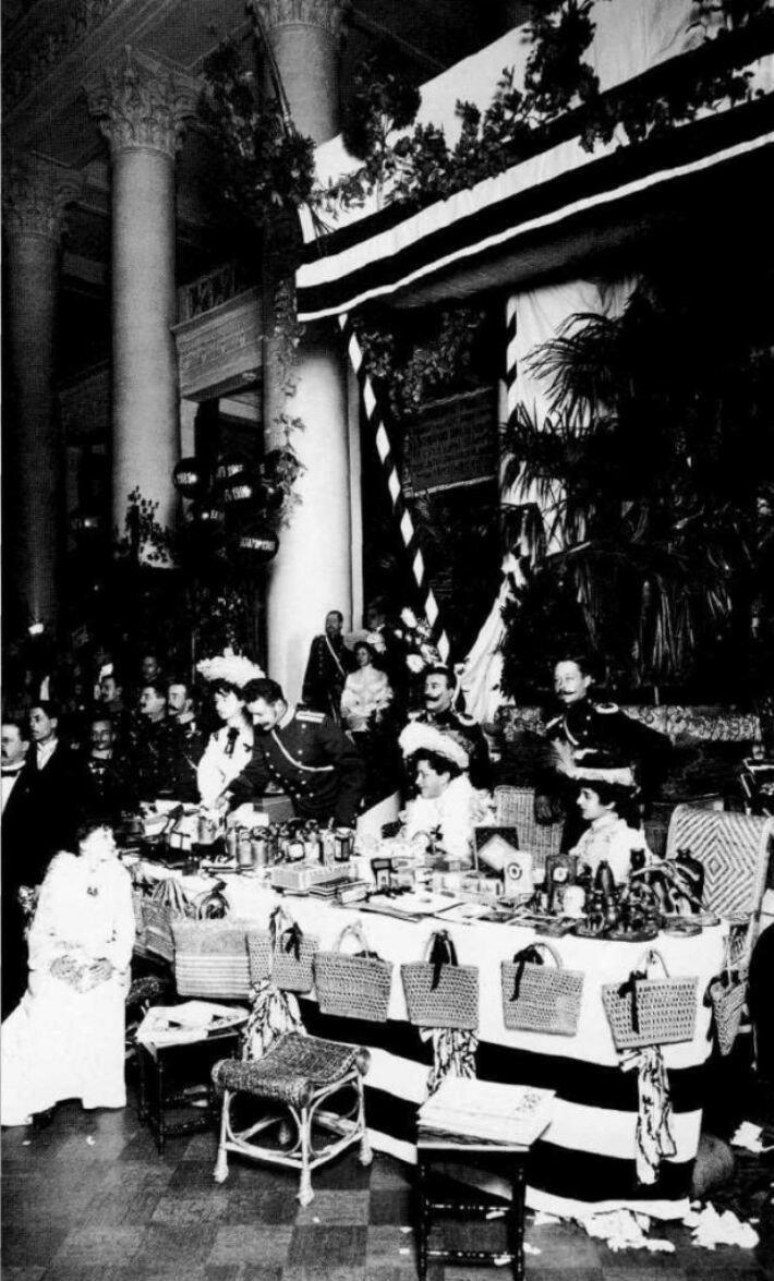 Продажа кустарных крестьянских изделий на благотворительном базаре.  1903.