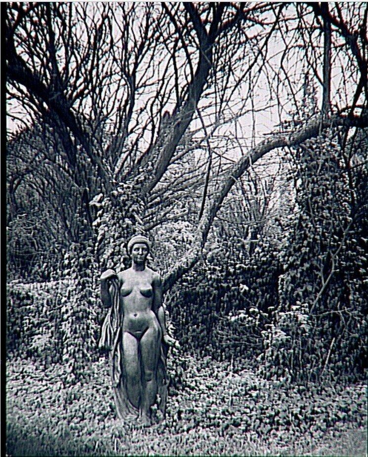 1932. «Купальщица» (бронза) в саду Аристида Майоля в Марли-ле-Руа