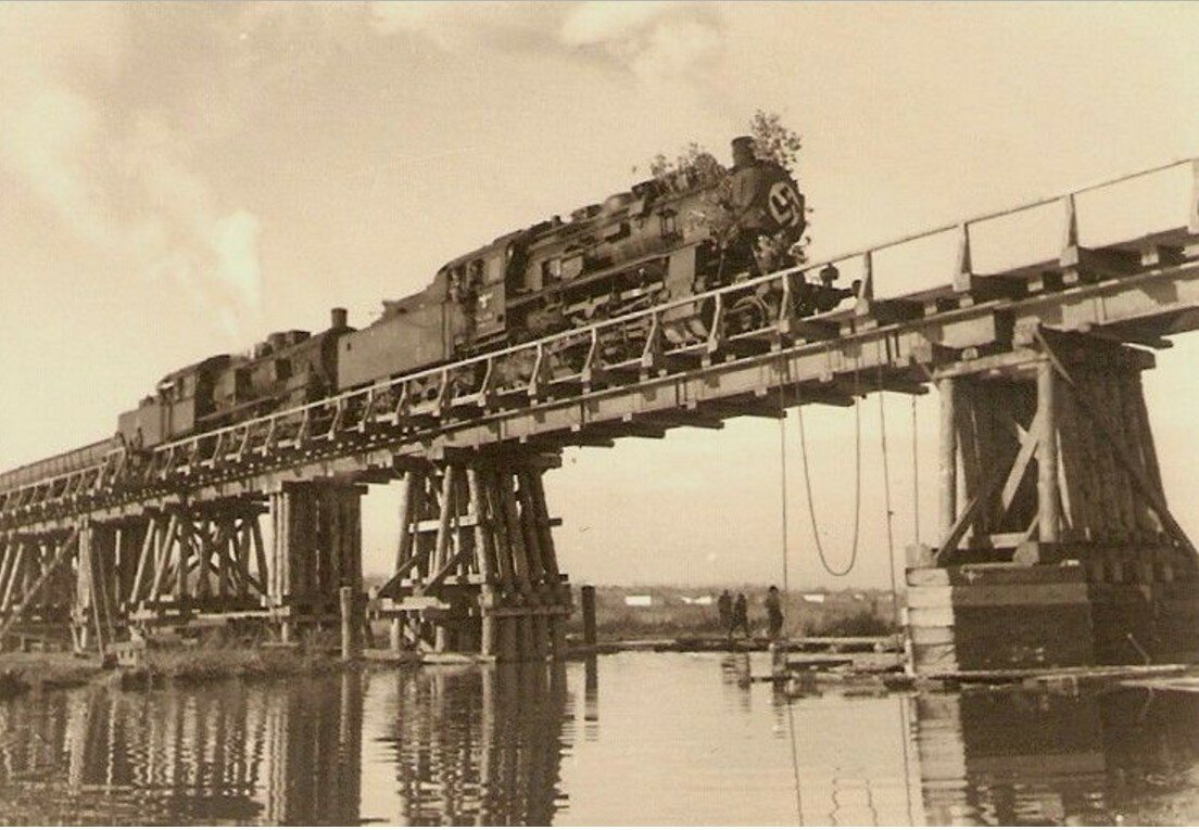 1942. Воронежская область, Острогожский район, село Петренково. Построенный в августе 1942 года 400-метровый временный мост