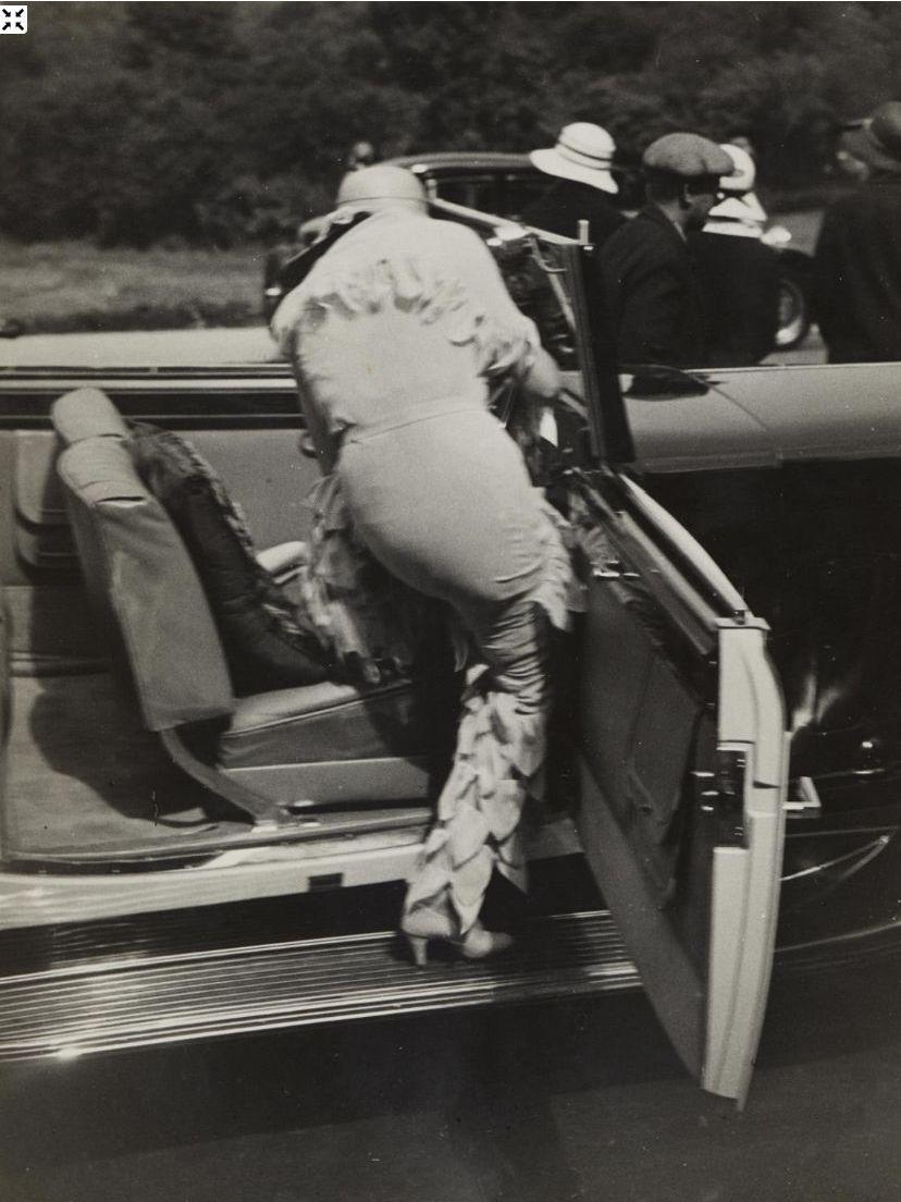 1931. Женщина забирается в автомобиль