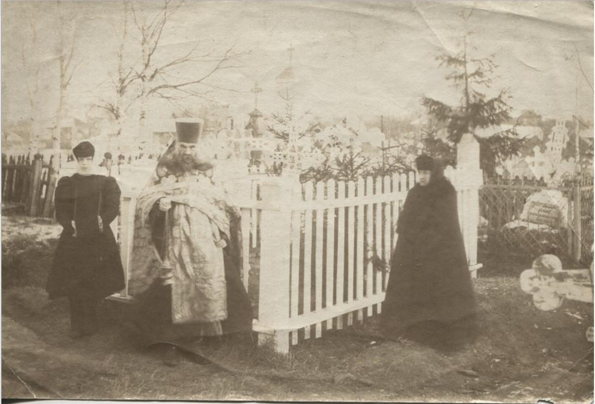 А. М. Беляев на кладбище