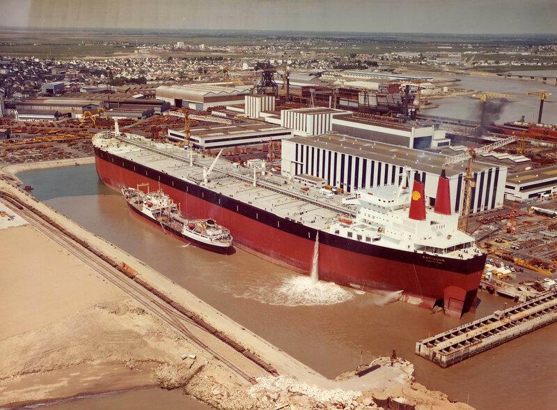Batillus — супертанкер, построенный в 1976 году на верфи Chantiers de l'Atlantique в городе Сен-Назер для компании Royal Dutch Shell.  Самый большой в мире на тот момент.jpg