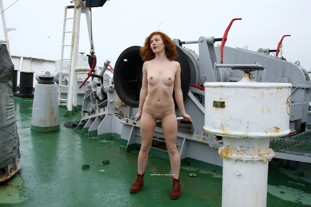 Голая Маша на корабле