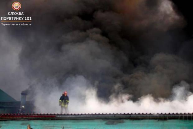 На место происшествия приехали 30 пожарных: На заводе в Тернополе произошел масштабный пожар (фото)