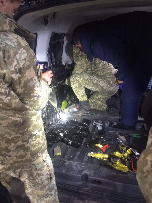 Автомобиль с 12 кг наркотиков и оружием задержали на границе с Россией. ФОТОрепортаж+ВИДЕО
