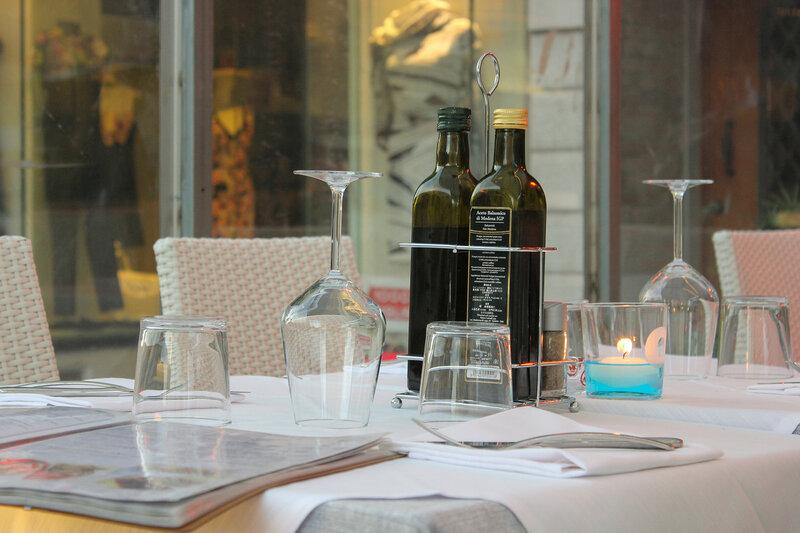 Оливковое масло на столиках в ресторанах стоит по умолчанию
