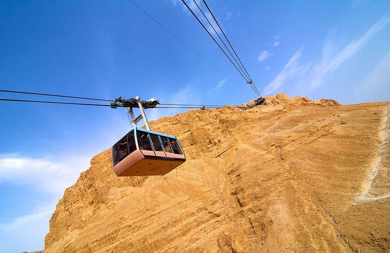 Канатная дорога, ведущая на вершину плато, считается самой низкой в мире: ее нижняя станция находитс