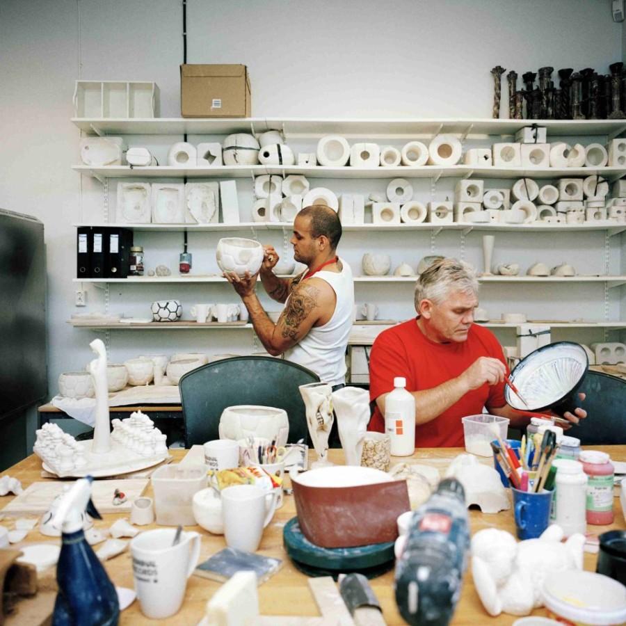 1. В тюрьме Хальден в Норвегии имеется гончарная, которую открыли еще в 2010 году. Помимо работы, к