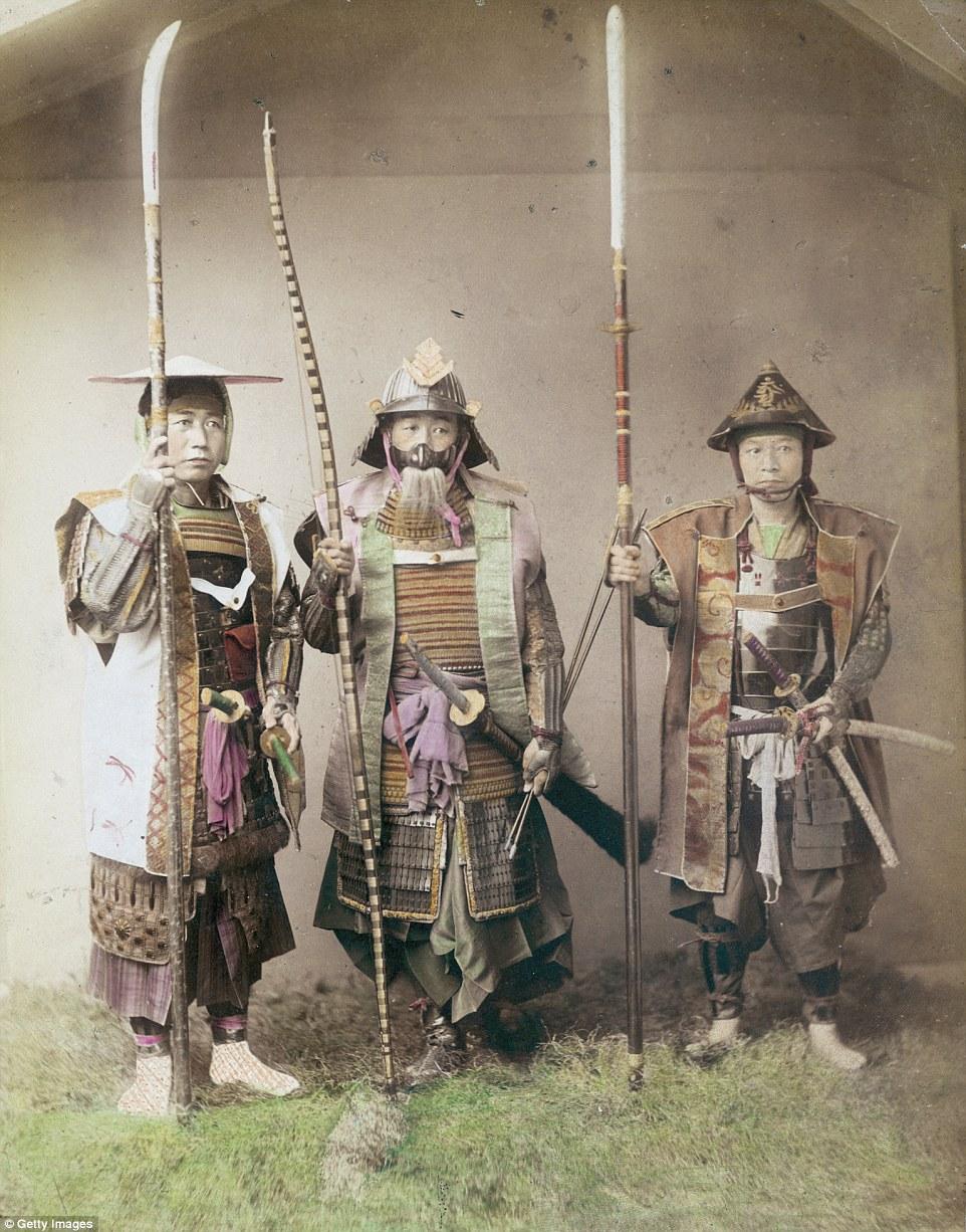 Три японских самурая в полном обмундировании.