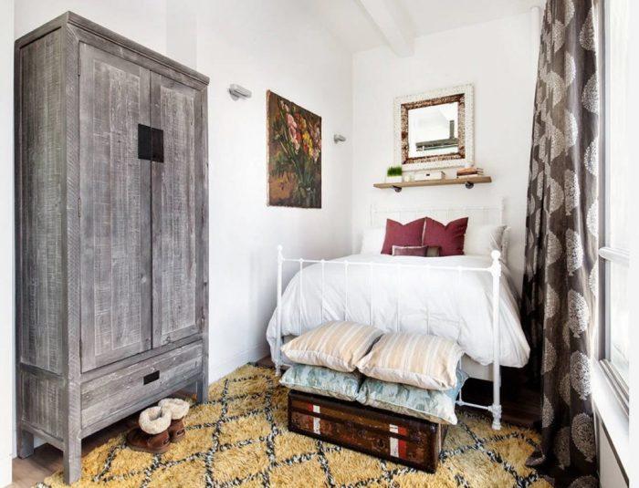 Винтаж в интерьере маленькой спальни. Даже старая мебель из бабушкиной квартиры может обрести вторую