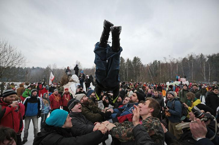 Перед штурмом крепости можно разогреться, принимая участие в традиционных масленичных забавах: забра