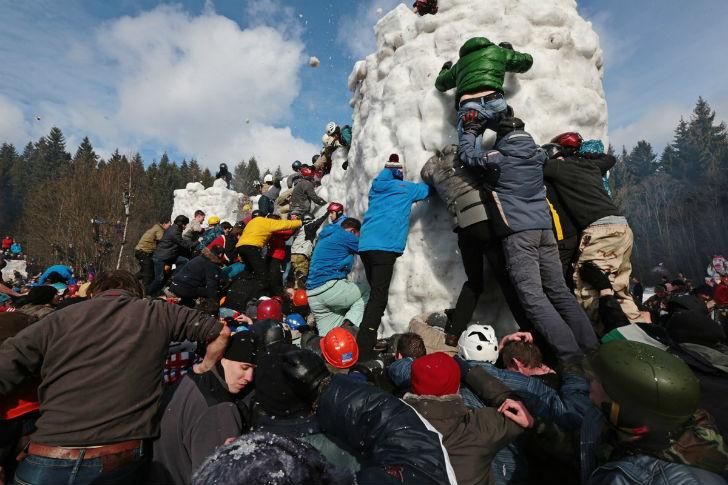 Снизу крепость выглядит неприступной: снежные кирпичи сложены таким образом, что зацепиться за них р
