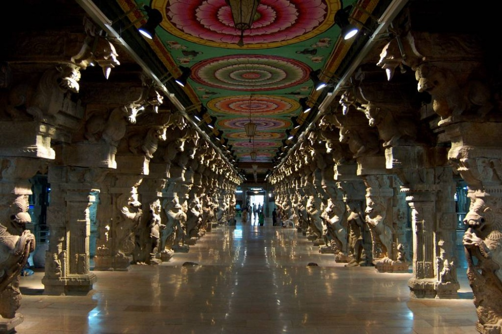 Внутри храм впечатляет неменьше. Нафото— Зал Тысячи Столпов.