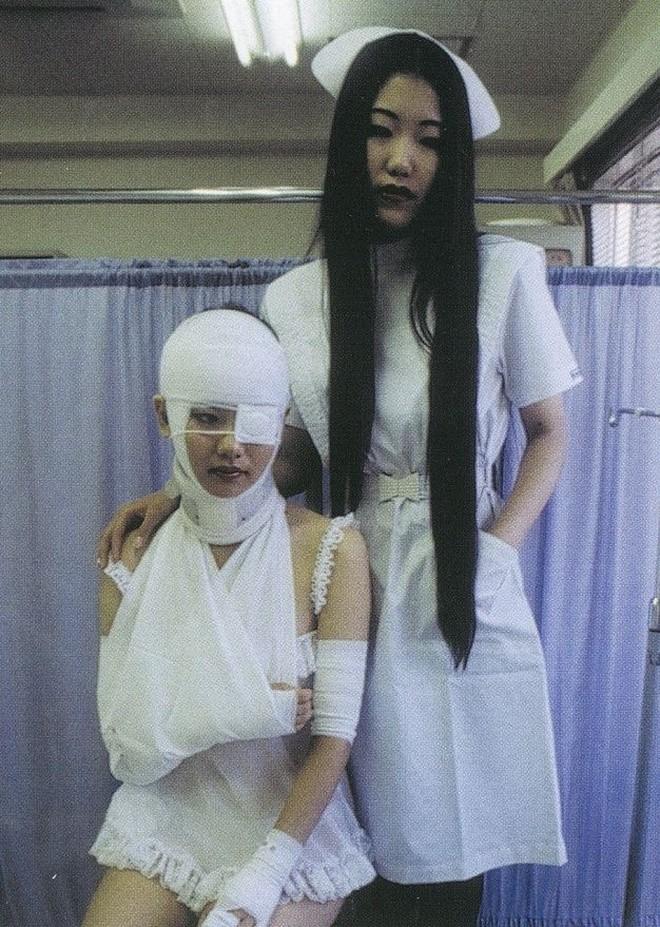 Страсть к женщинам в ортопедических корсетах, бандажах и устройствах для вытягивания конечностей. На