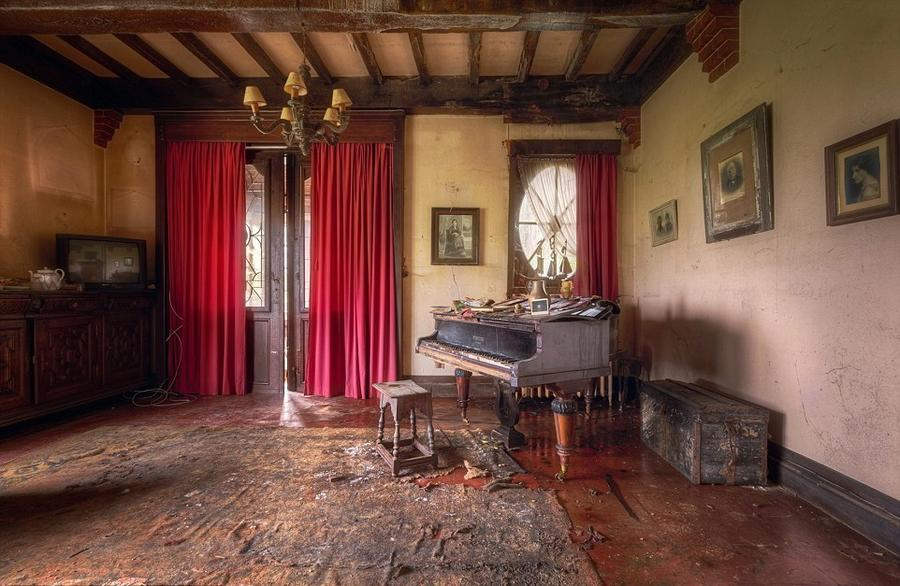 4. 29-летний Роман Роброэк фотографировал брошенные в пианино в покинутых домах, театрах и местах во