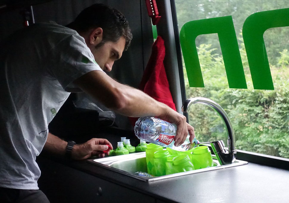 Затем идет протеиновый восстанавливающий напиток. Сначала Бизо наполняет бутылки водой.