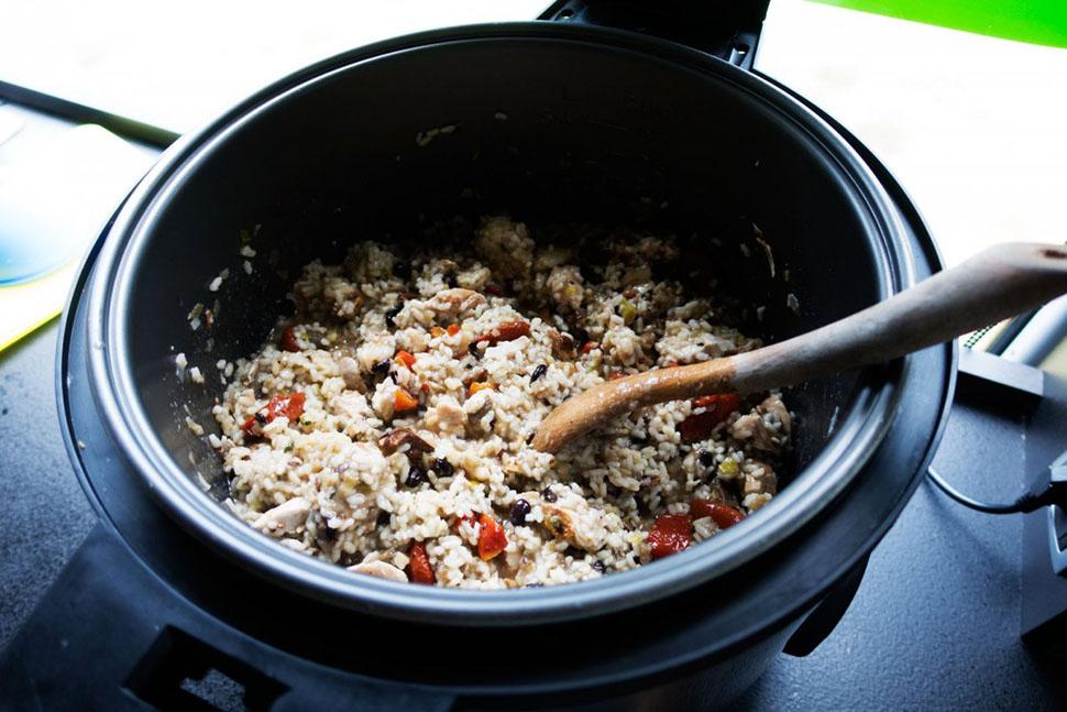 В этом послегоночном блюде — курица, рис, перец и чеснок.
