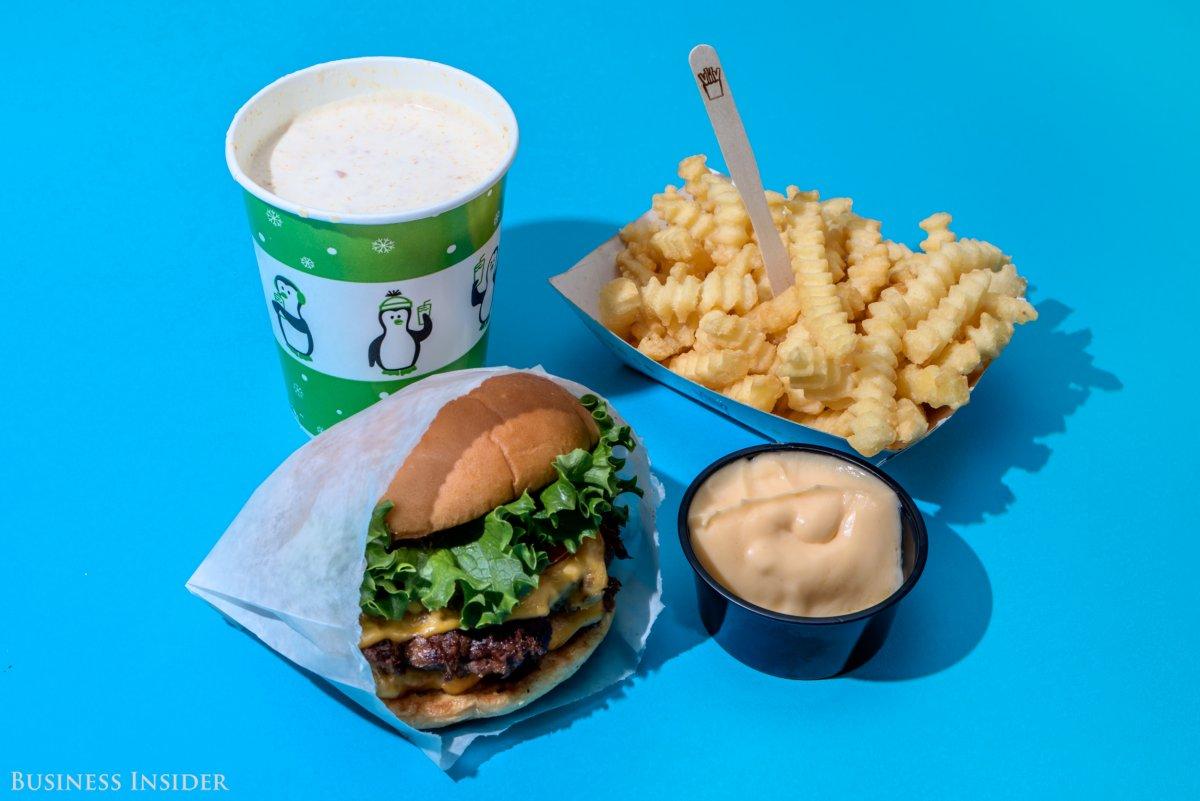 Shake Shack? Двойной шак-бургер, картофель фри с сыром, шейк с арахисовым маслом. Калории — 2200.