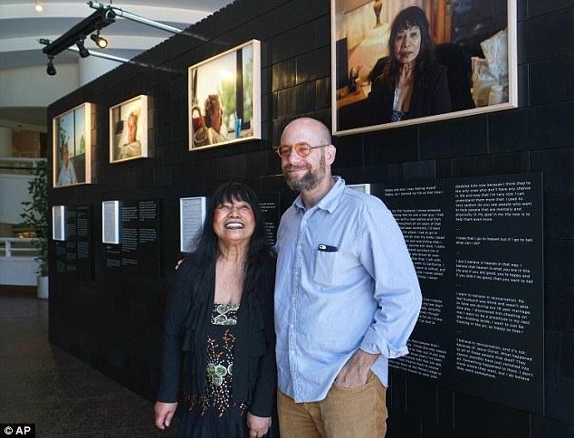 Эндрю с Нелли Гутьеррез, единственной оставшейся в живых из всех героев фотопроекта. Проект состоит