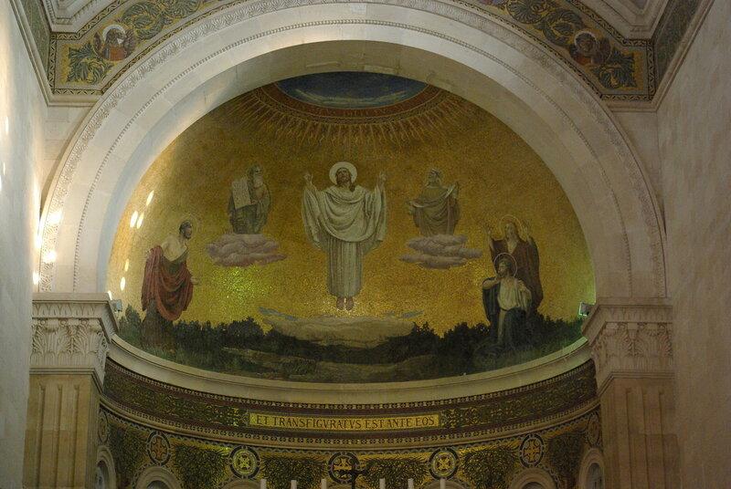 """Mosaik in der Verklärungsbasilika auf dem Berg Tabor mit der Inschrift aus Mt 17,2 et transfiguratus est ante eos (""""Und er wurde vor ihren Augen verklärt"""")"""