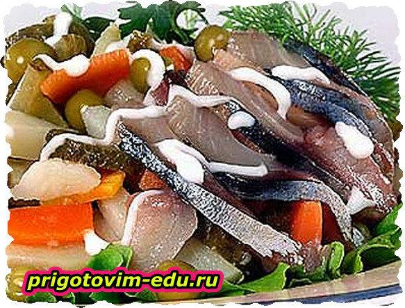 Салат из селёдки ,перца и огурцов