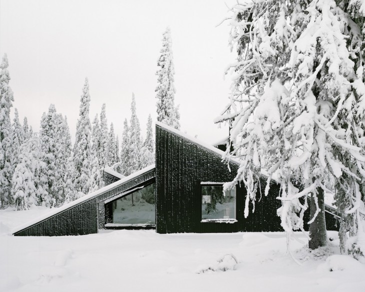 Architecture studio Vardehaugen designed this modern cabin influenced by the classic motif of a snow
